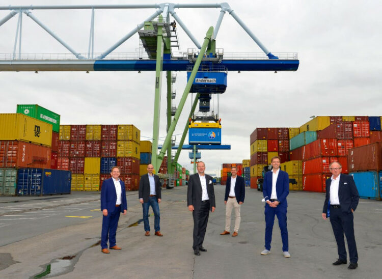 Managing Director L. Hörning and Mayor A. Hütten with staff. Photo: Hafen Andernach/ Meta Welling