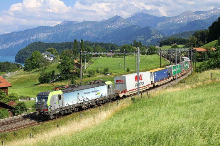 ©CargoBeamer, semi-trailer train crossing the Alps