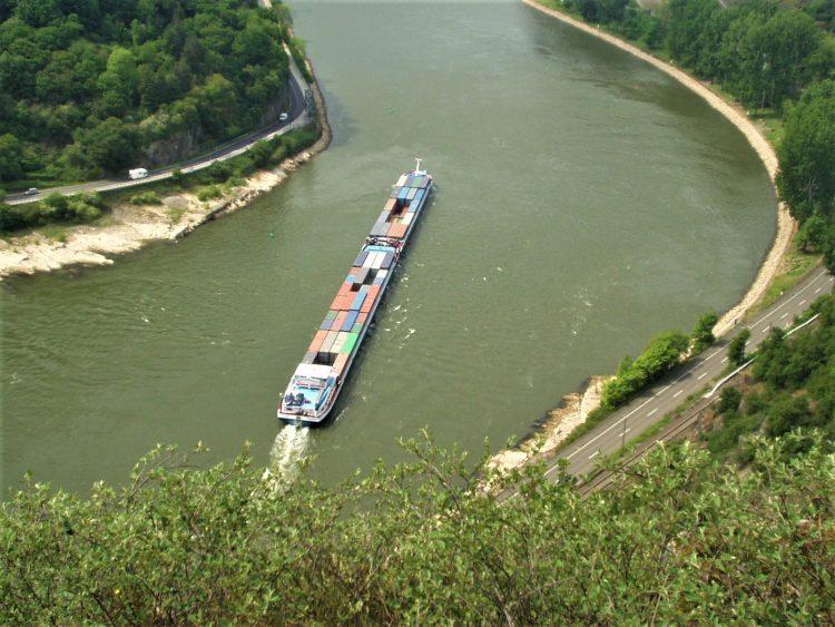 Container barge negotiating Loreley rock (Photo: Martin Brandt)